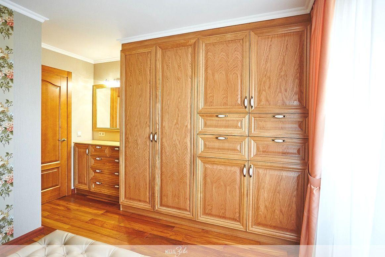 Шкаф до потолка из массива
